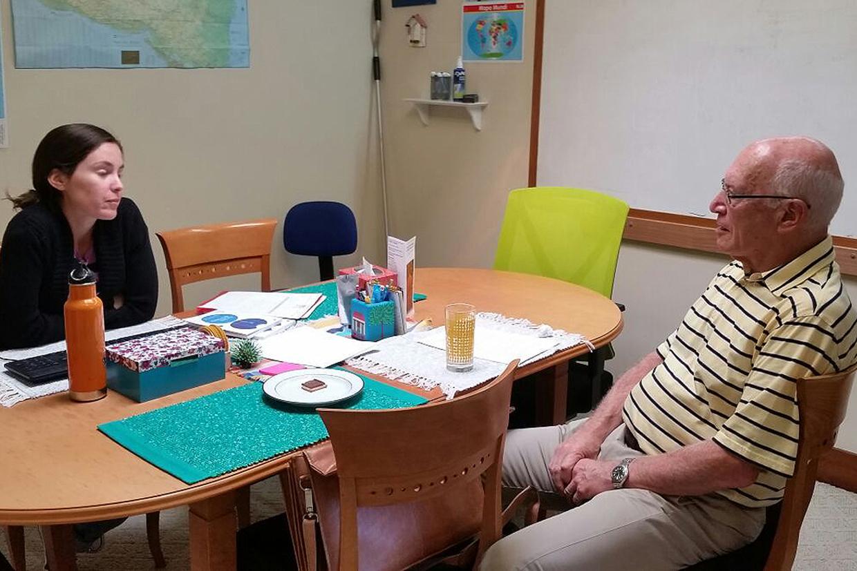 Al, uno de los socios, en conversacion con su profesora Dana.