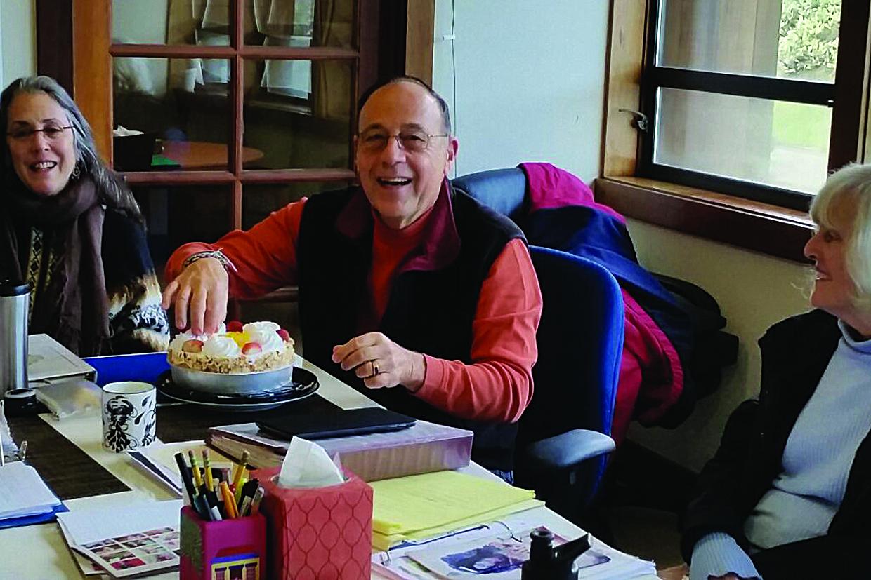 Felices celebrando el cumpleaños de un alumno