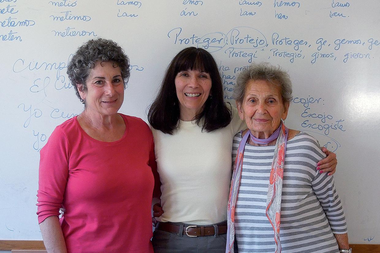 La fundadora Solveig con dos maravillosas estudiantes