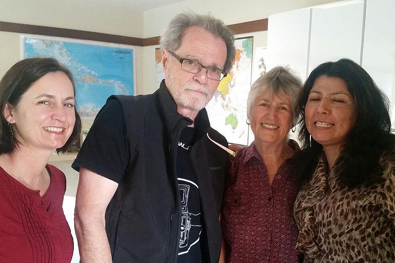Nuestros profesores Tim y Olga con dos estupendas alumnas