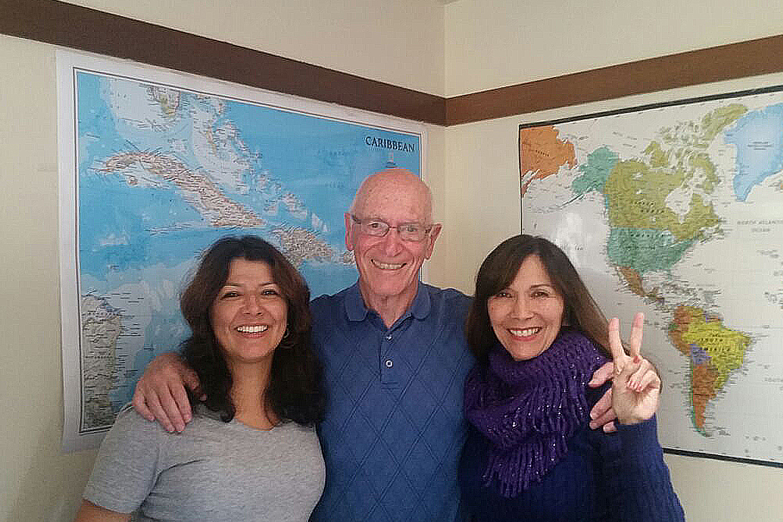 Solveig y Al, los dos socios de la Escuela, junto a la profesora y administradora Olga (a la izq)